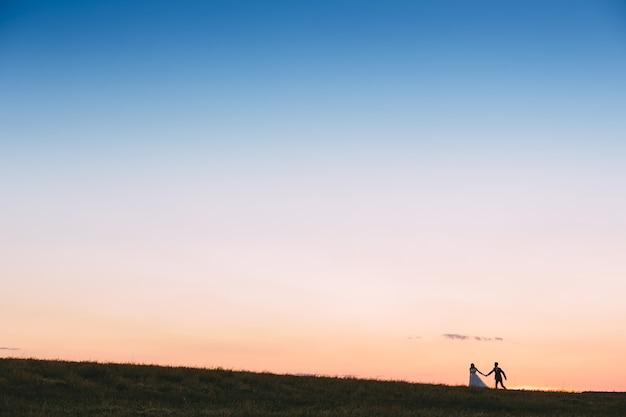 Coppia sposi sullo sfondo del campo.