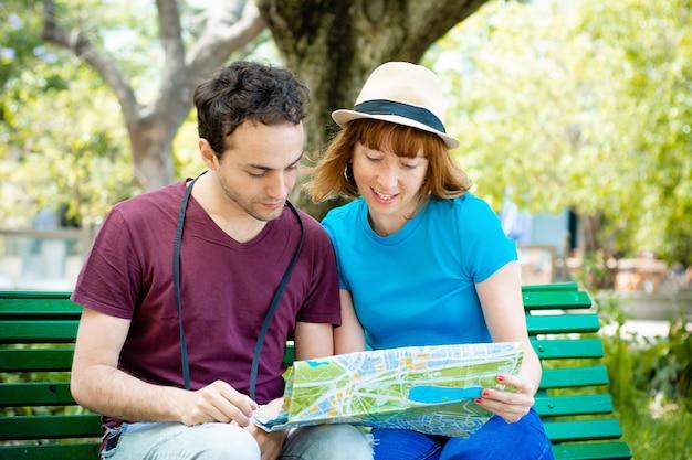 Coppia tenendo la mappa in mano e viaggiare insieme.