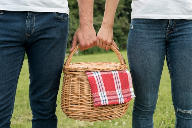 Coppia tenendo un cestino da picnic