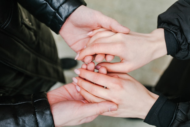 Coppia, tenere mani guarda le mani