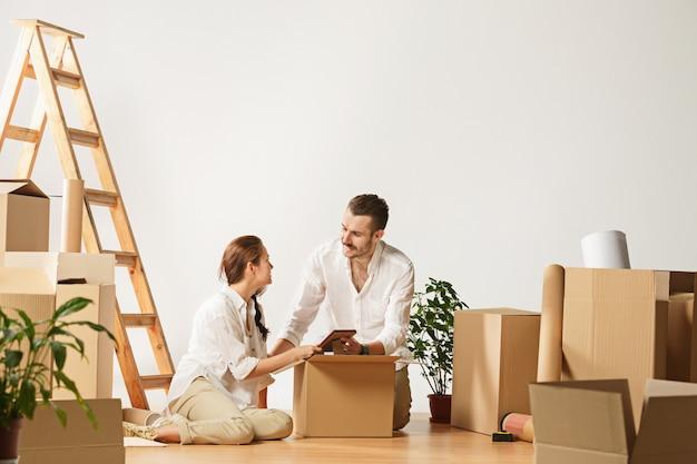 Coppia trasferirsi in una nuova casa.
