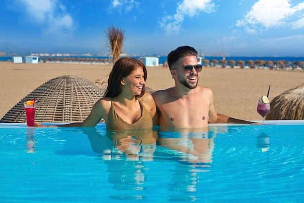 Coppia turistica con bagno nella piscina a sfioro