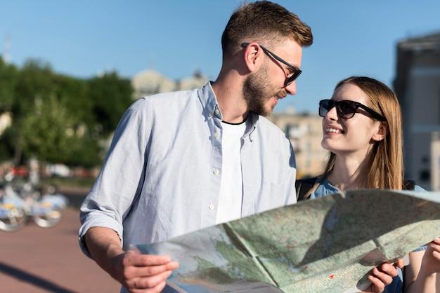 Coppia turistica con occhiali da sole e mappa