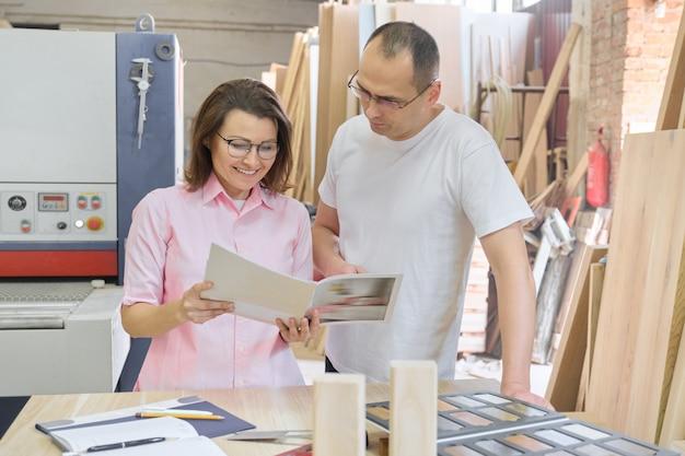 Coppia uomo e donna che scelgono prodotti in legno