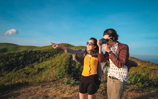Coppia viaggiatore prendendo foto vista della natura in vacanza.