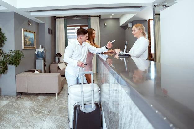 Coppia vicino alla reception in hotel