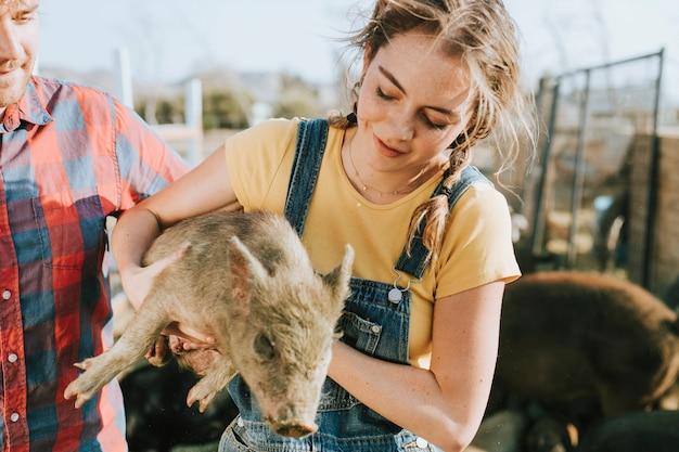 Coppia volontaria in un santuario per maiali