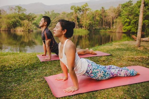 Coppia, yoga e bella natura