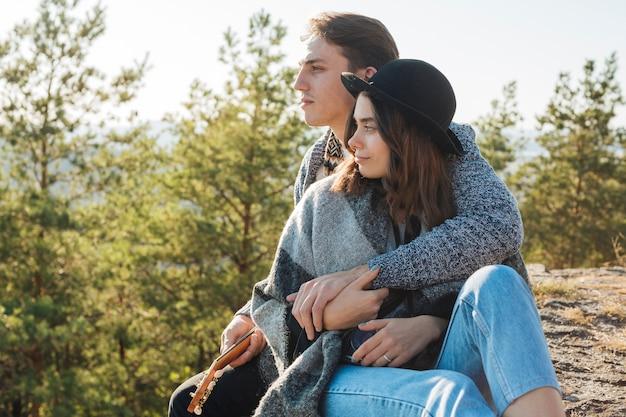 Coppie adorabili che abbracciano all'aperto