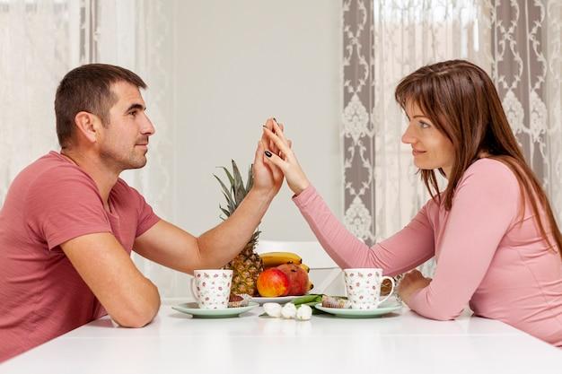 Coppie adorabili che prendono insieme cena