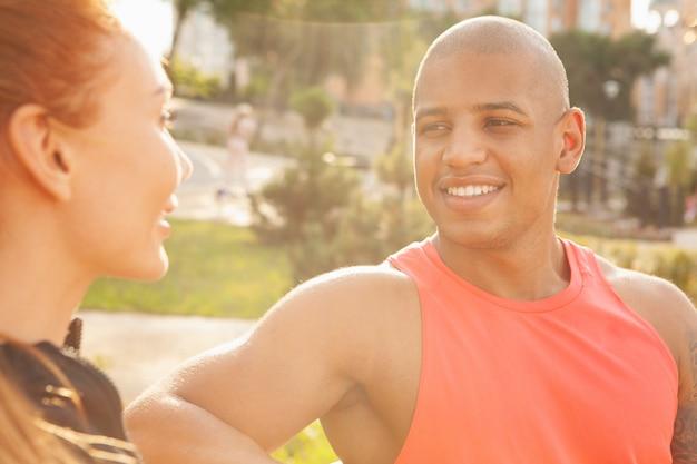 Coppie adorabili che si rilassano all'aperto dopo l'esercizio