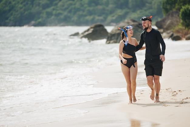 Coppie allegre sulla spiaggia