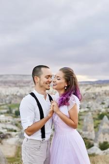 Coppie amorose che abbracciano di mattina in natura. relazione e amore per uomini e donne