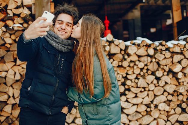 Coppie amorose che si levano in piedi in una sosta di inverno