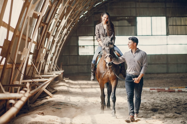 Coppie amorose sveglie con il cavallo sul ranch