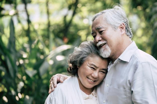 Coppie anziane che ballano insieme