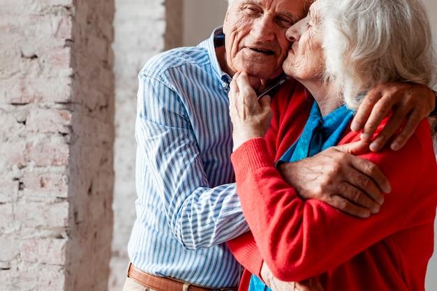 Coppie anziane che si abbracciano