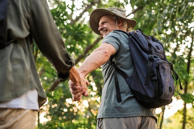 Coppie anziane che si tengono per mano nella foresta