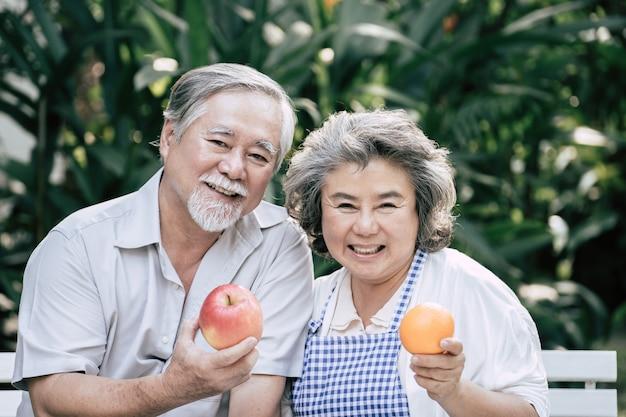 Coppie anziane cucinare cibo sano insieme