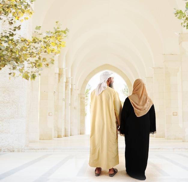 Coppie arabe musulmane che camminano insieme