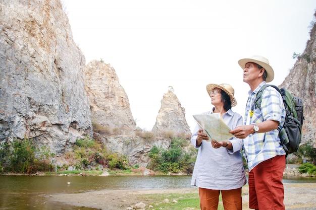 Coppie asiatiche anziane trekking alta montagna goditi la vita dopo il pensionamento. concetto di comunità di anziani. copia spazio