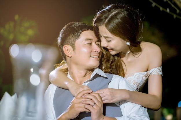 Coppie asiatiche che sorridono insieme felicemente