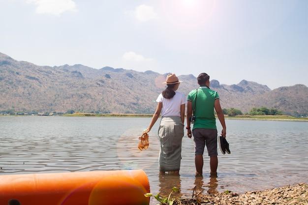 Coppie asiatiche che viaggiano bella vista montagna e fiume a kanchanaburi, in thailandia