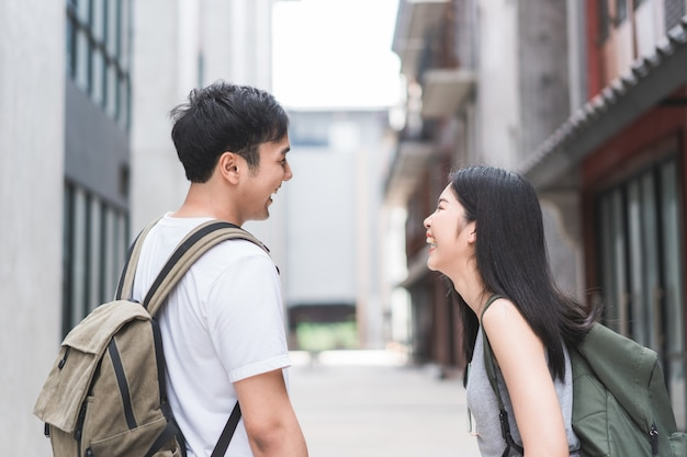 Coppie asiatiche dello zaino in spalla del viaggiatore che sentono viaggio felice a pechino, cina