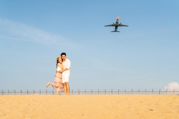 Coppie asiatiche felici nell'amore con cielo blu