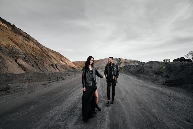 Coppie asiatiche nell'amore in vestiti di cuoio neri che camminano in natura. amore, felicità