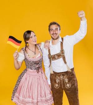 Coppie bavaresi che celebrano più oktoberfest