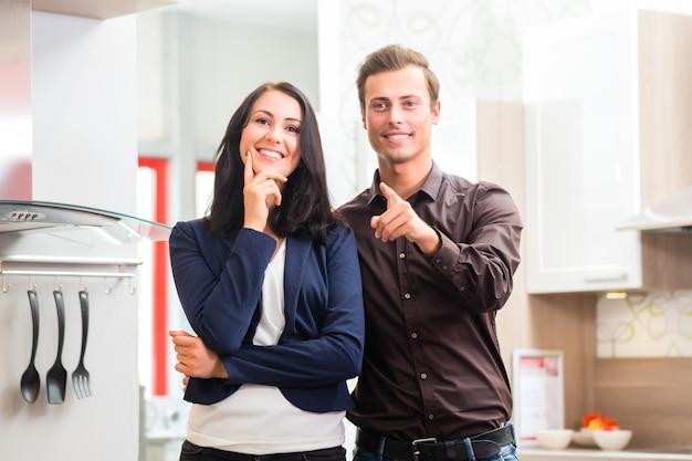 Coppie che comprano il negozio di mobili della cucina domestica