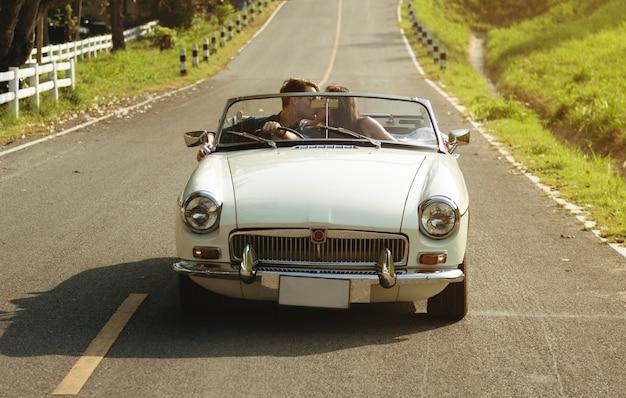 Coppie che conducono un'automobile che viaggia insieme sul viaggio stradale