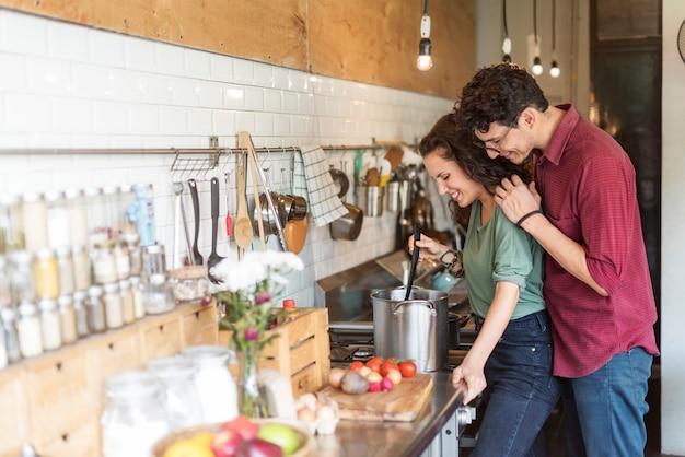 Coppie che cucinano il concetto di liefstyle di hobby