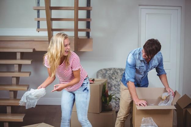 Coppie che disimballano le scatole nella nuova casa