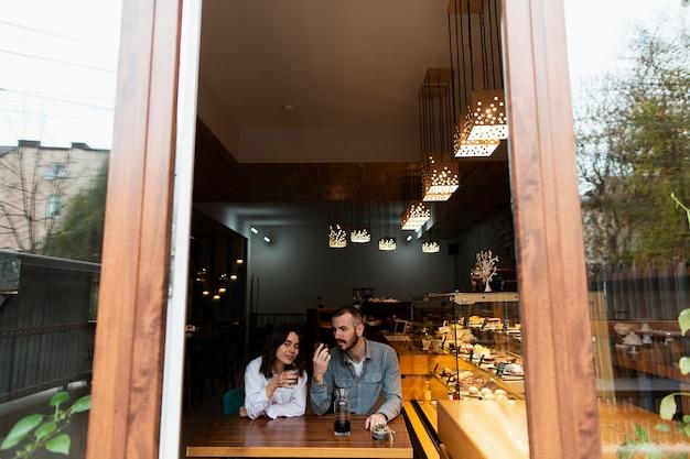 Coppie che godono del caffè in negozio
