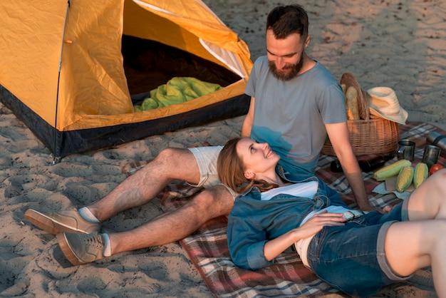 Coppie che indicano vicino alla tenda