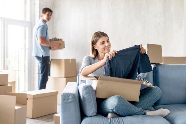 Coppie che preparano scatole per cambiare casa