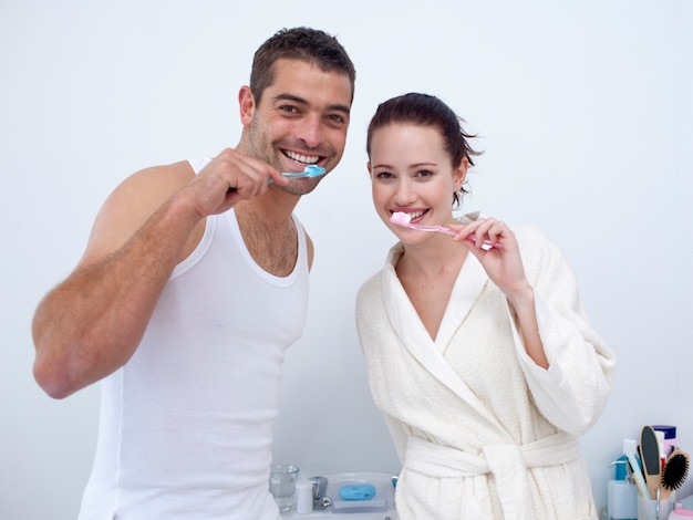 Coppie che puliscono i loro denti in bagno