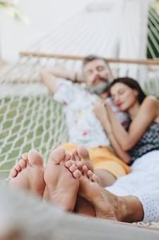 Coppie che riposano insieme in un'amaca