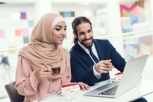 Coppie che si siedono in caffè dopo l'acquisto