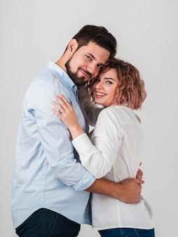 Coppie che sorridono e che posano per i biglietti di s. valentino