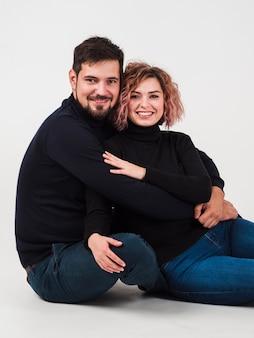 Coppie che sorridono e che posano per il giorno di biglietti di s. valentino