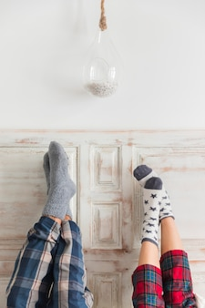 Coppie con i piedi sulla parete il giorno di san valentino