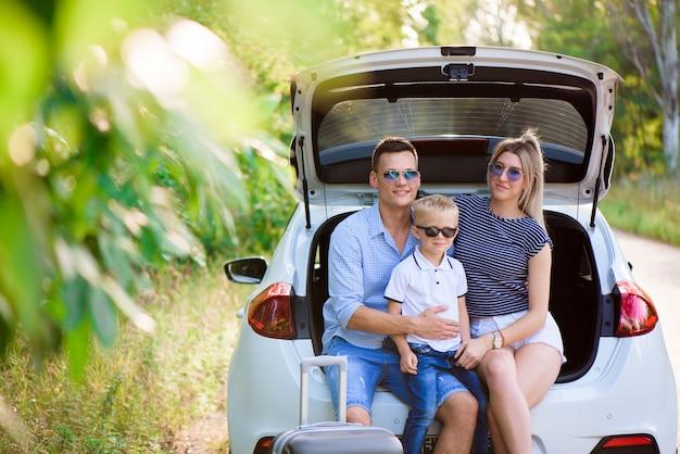Coppie con il figlio che ha una pausa caffè mentre viaggiando nella campagna