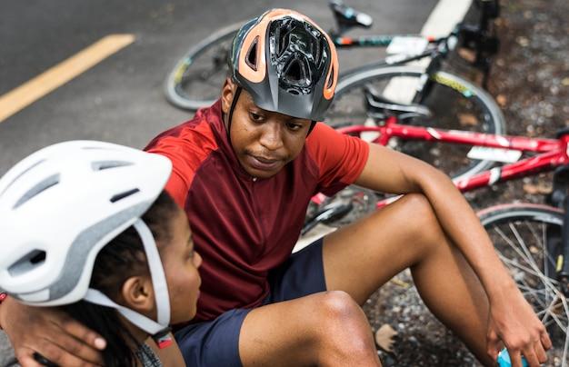Coppie del ciclista che riposano in un parco