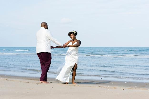 Coppie dell'afroamericano che si sposano ad un'isola