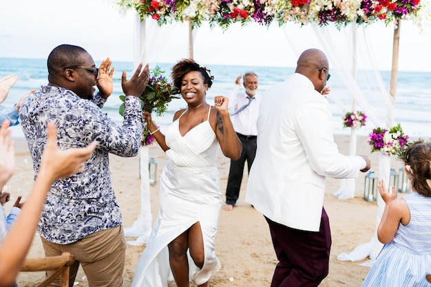Coppie dell'afroamericano che si sposano alla spiaggia