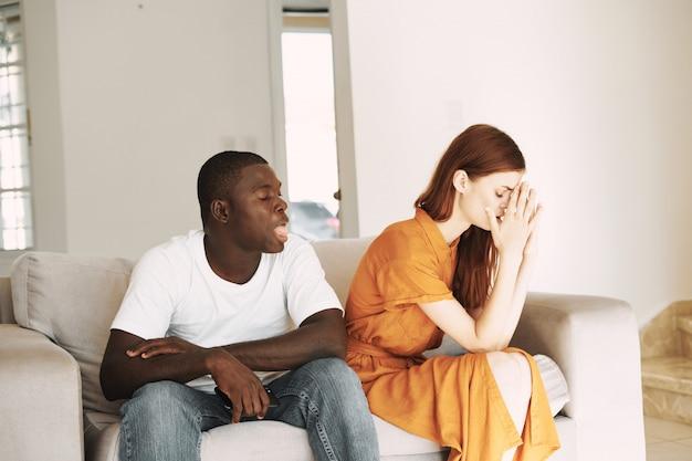 Coppie dell'afroamericano e della donna bianca con i telefoni, litigio della famiglia
