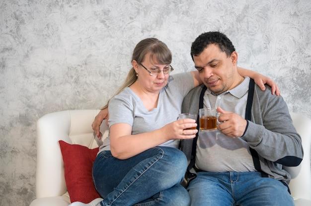 Coppie dell'angolo alto che bevono tè